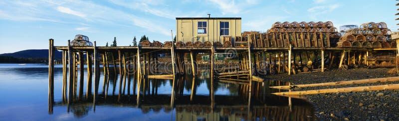 Pilier de pêche avec des trappes de langoustine au Maine photo stock