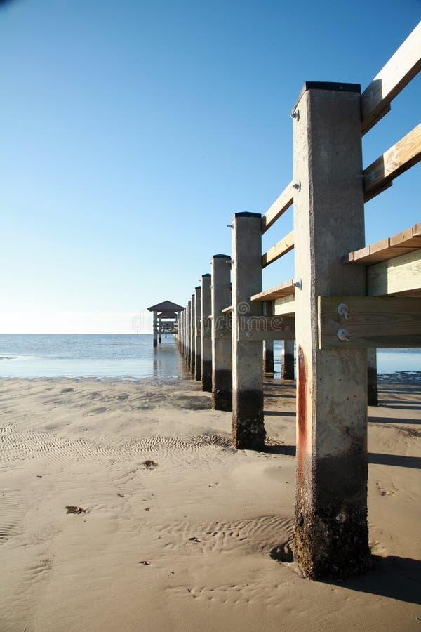 Pilier de pêche de plage photographie stock libre de droits