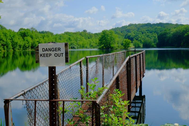 Pilier de pêche en métal de Lakeside photos libres de droits