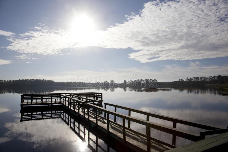 Pilier de pêche un jour de ciel bleu image libre de droits
