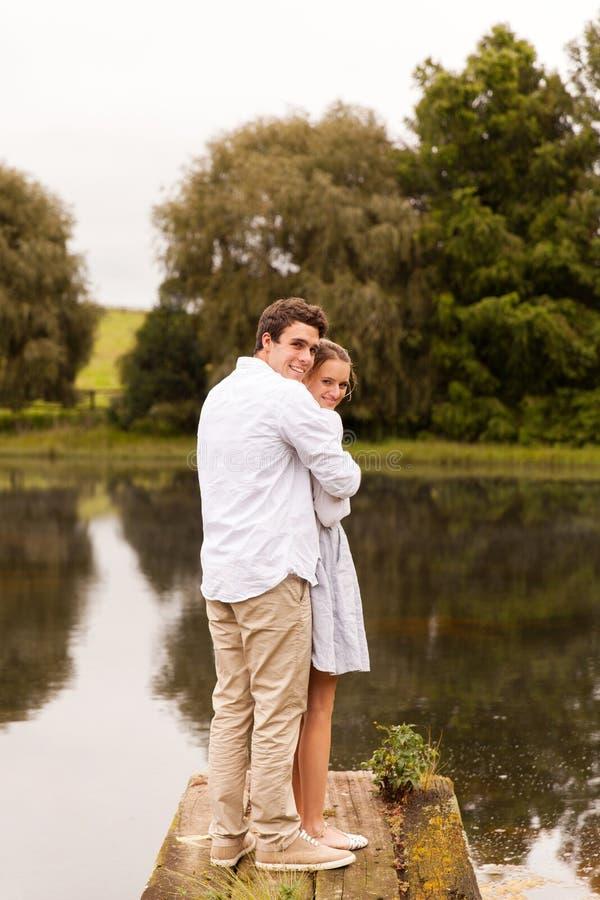 pilier de rivière de couples photo stock