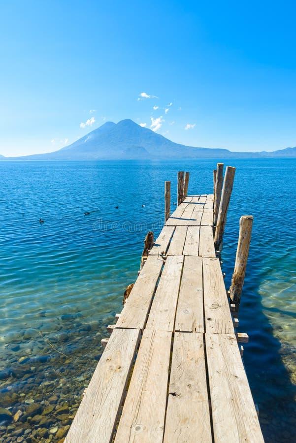 Pilier en bois au lac Atitlan sur la plage dans Panajachel, Guatemala Avec le beau paysage de paysage des volcans Toliman, Atitla photographie stock libre de droits