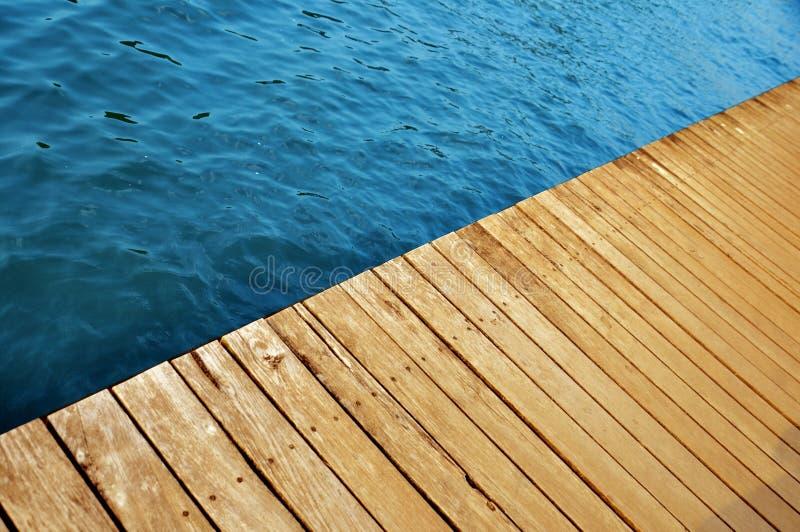Pilier en bois avec de l'eau lac images stock