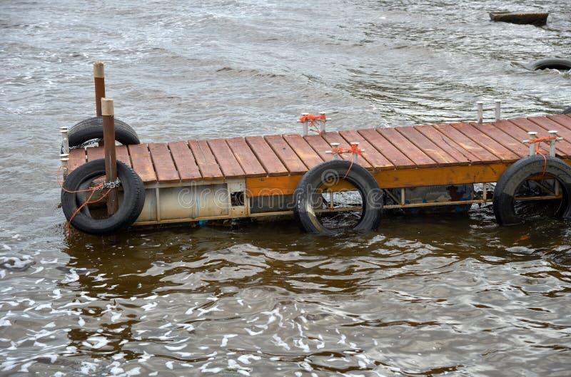 Pilier en bois pour des bateaux sur la rivière photographie stock