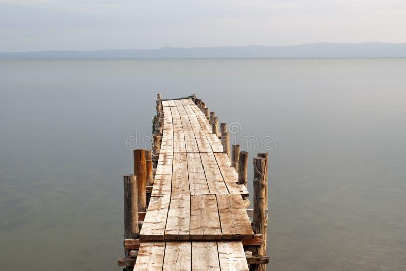 Pilier en bois sur le lac image libre de droits