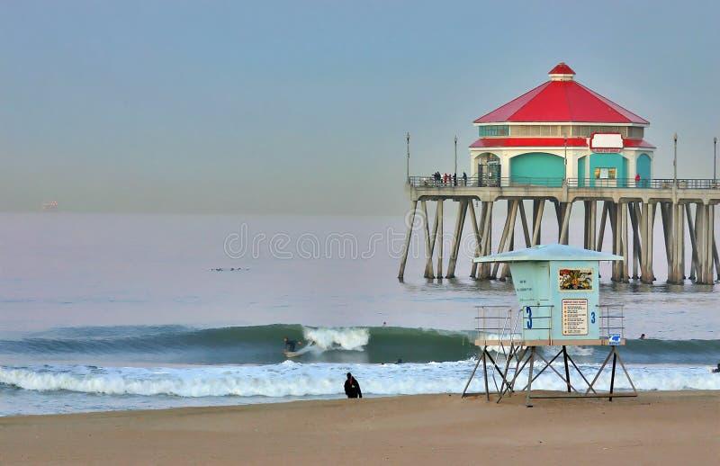 Pilier et surfer de Huntington Beach à l'aube image stock
