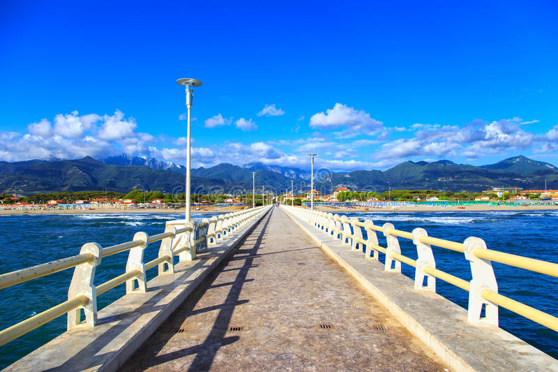 Pilier, plage et montagnes d'Apuane dans Forte dei Marmi Versilia Tus image stock
