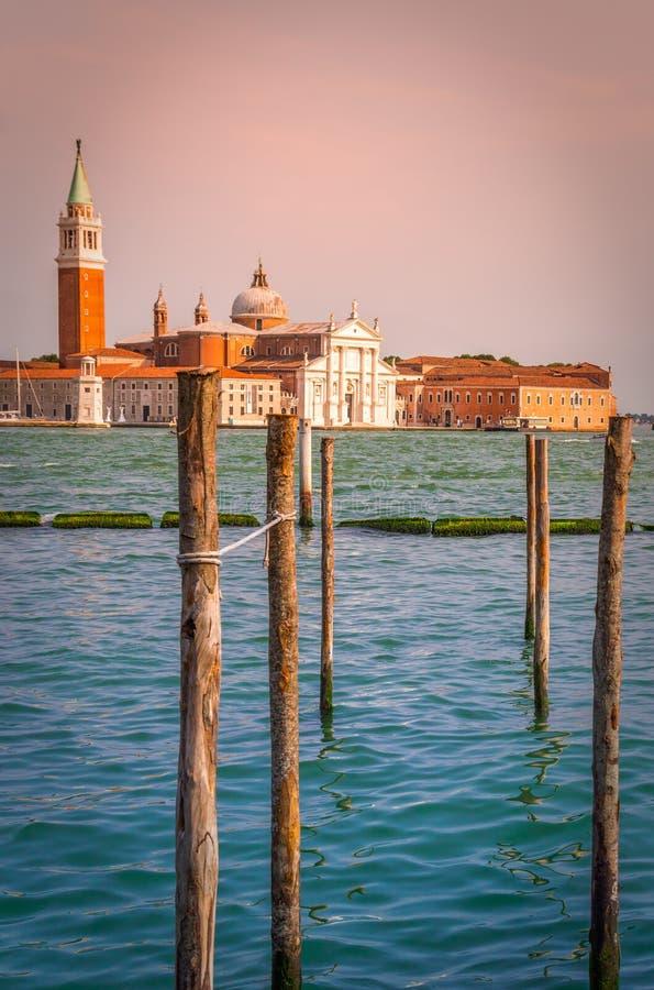 Pilier pour accoupler des gondoles à Venise photo stock