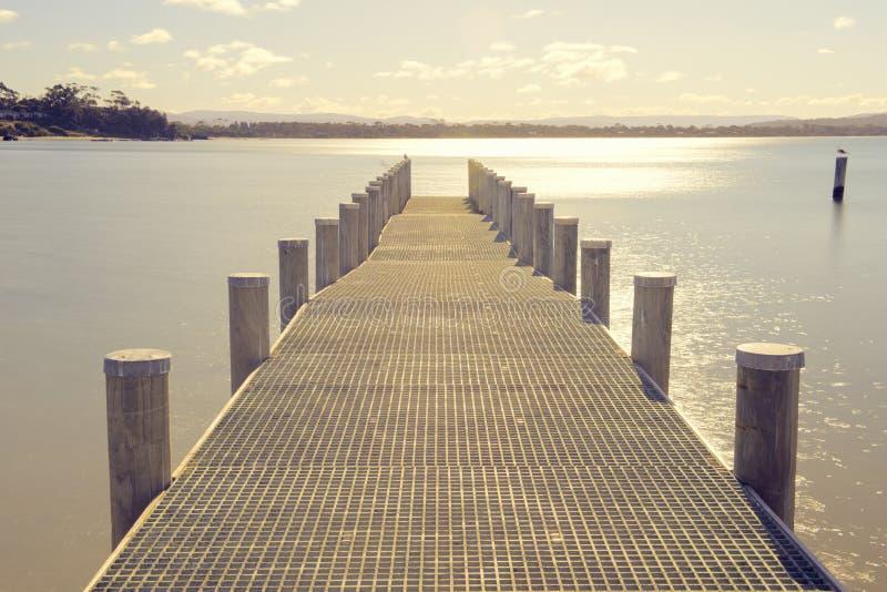 Pilier sur l'eau dans la ville de Swansea, Tasmanie photo stock