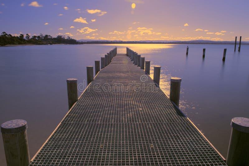 Pilier sur l'eau dans la ville de Swansea, Tasmanie images libres de droits