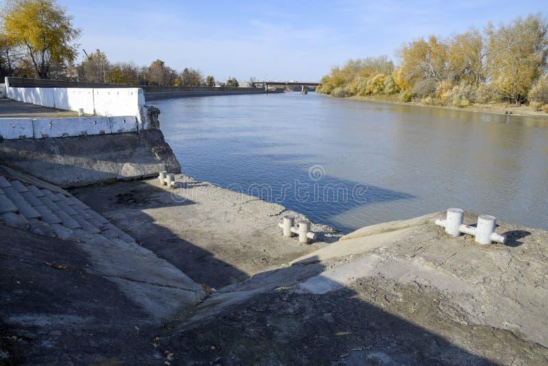 Pilier sur la station de rivière Dispositifs d'amarrage plate-forme pour le gatheri photos libres de droits