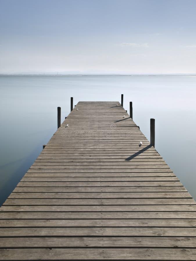 Pilier sur le lac image libre de droits