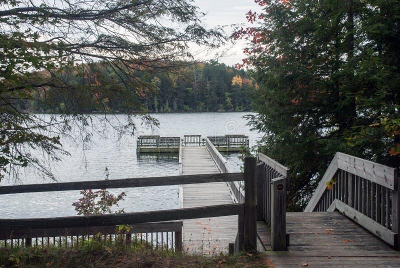 Pilier sur le lac du ` s de Peter, Alger County, Michigan, Etats-Unis photo stock