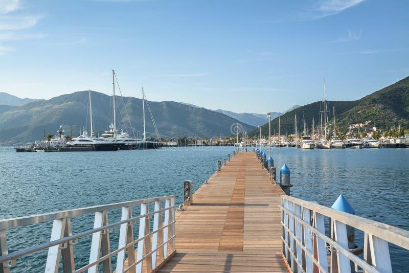 Pilier vide pour des yachts et ville sur le rivage à l'arrière-plan images libres de droits