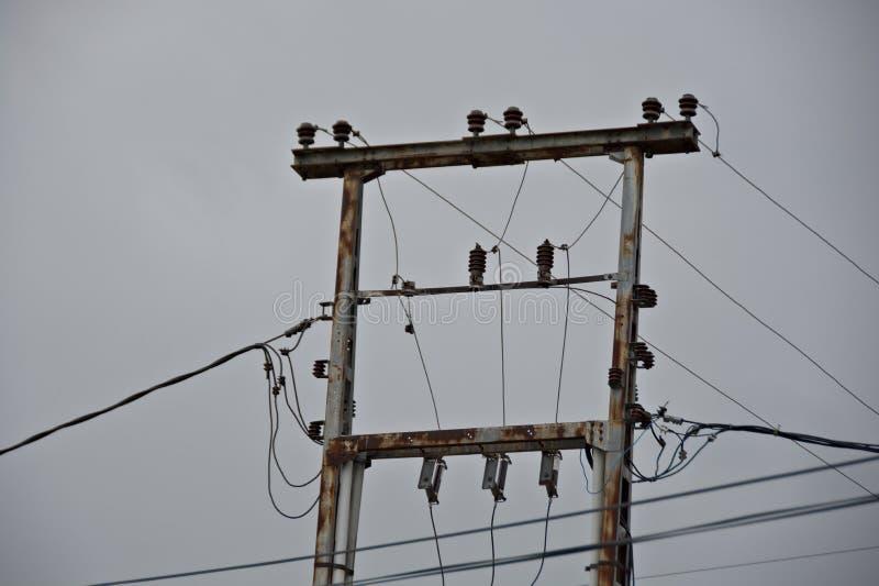 Piliers électriques double en métal avec des fils de haute tension photos libres de droits
