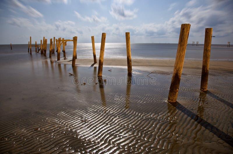 Piliers cassés sur la plage de Biloxi photo stock