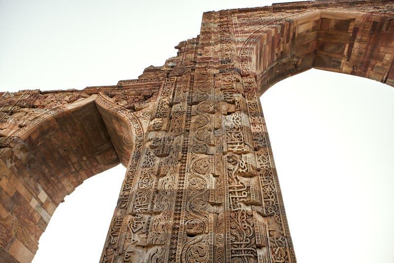 Piliers chez Qutab Minar, un site de patrimoine mondial de l'UNESCO images libres de droits