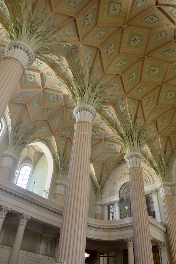 piliers comme une paume et bancs crème du Nikolaikirche à Leipzig photographie stock