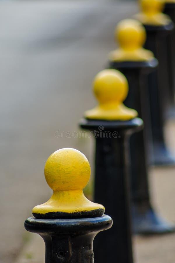 Piliers de barrière en métal noir et jaune photo libre de droits