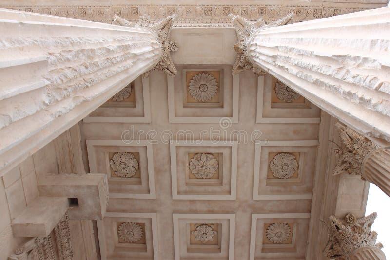 Piliers de Roman Temple Maison Carrée, Français Nîmes photo libre de droits