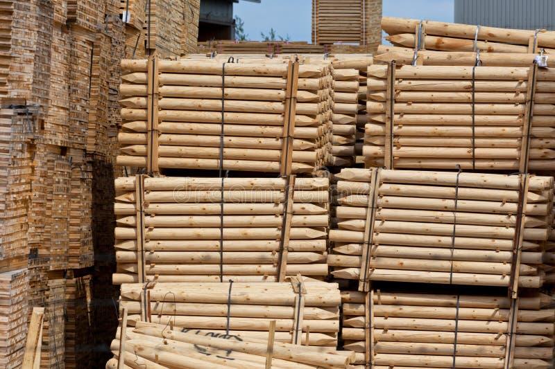 Piliers en bois empilés de frontière de sécurité images stock