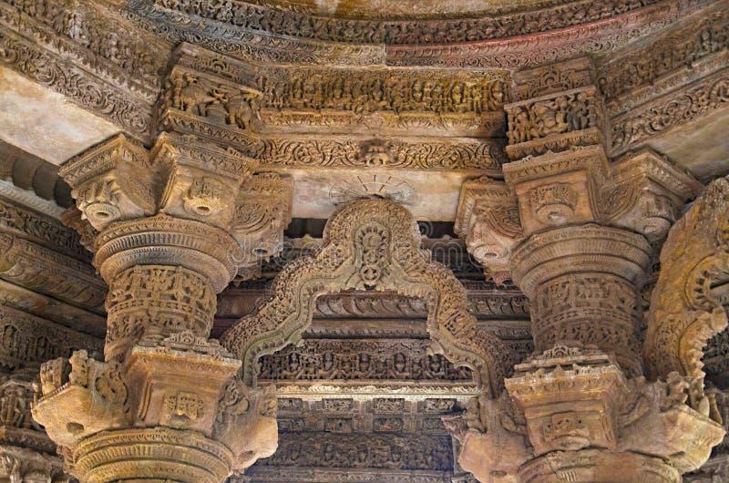 Piliers et plafond découpés du temple de Sun En 1026-27 ANNONCE construite pendant le règne de Bhima I de la dynastie de Chauluky photographie stock libre de droits