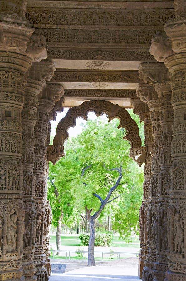 Piliers et plafond découpés du temple de Sun En 1026-27 ANNONCE construite pendant le règne de Bhima I de la dynastie de Chauluky photos stock