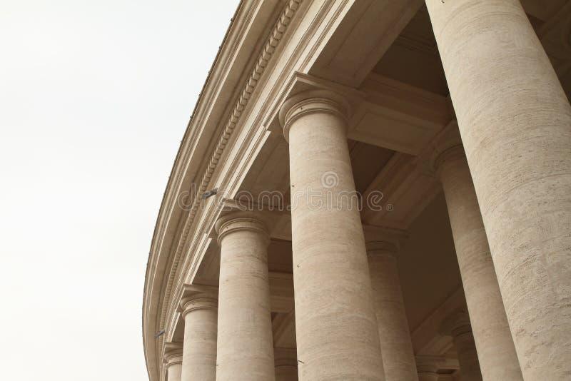 Piliers sur Piazza San Pietro à Vatican photographie stock libre de droits