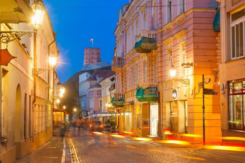 Piliesstraat bij nacht, Vilnius, Litouwen stock foto