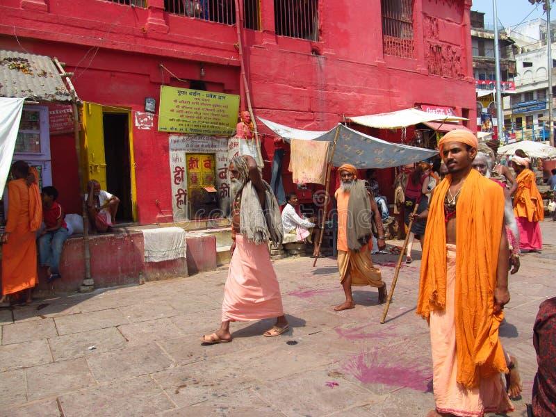 Piligrims hindu na roupa alaranjada em Varanasi fotografia de stock