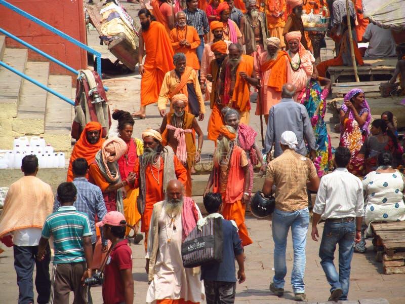 Piligrims indous dans des vêtements oranges à Varanasi image stock