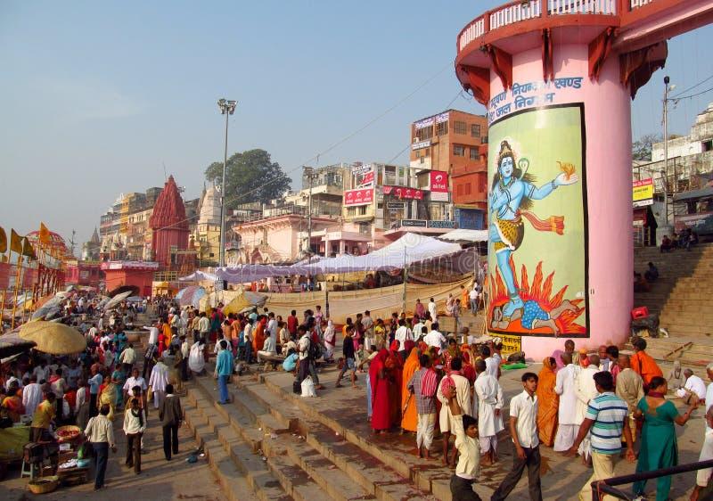 Piligrims indous dans des vêtements oranges à Varanasi images stock