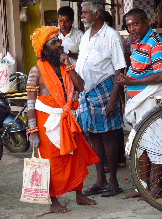 Piligrims indous dans des vêtements oranges à Varanasi photographie stock libre de droits