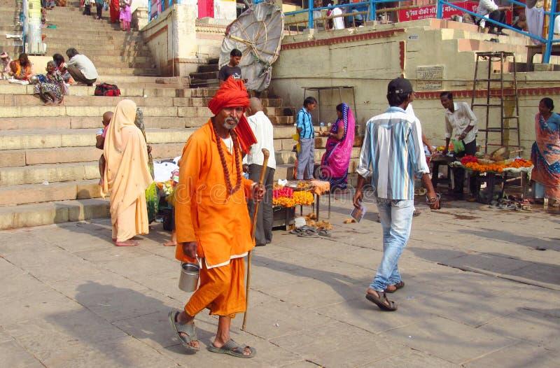 Piligrims indous dans des vêtements oranges à Varanasi photo stock