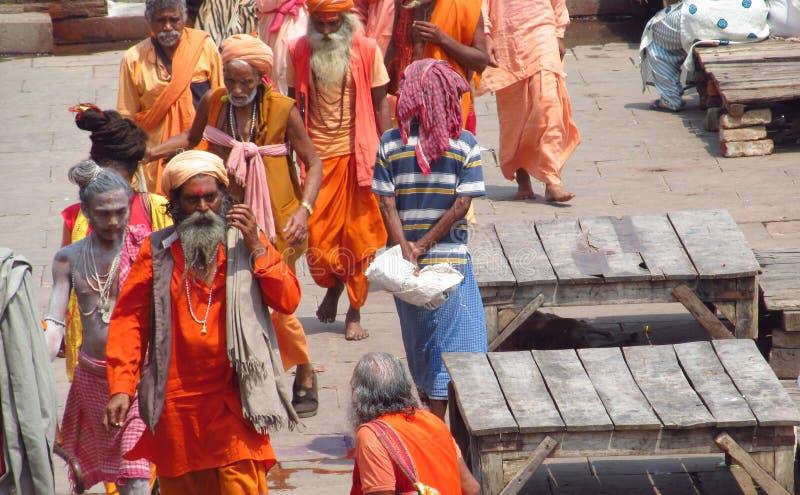 Piligrims indous dans des vêtements oranges à Varanasi photos libres de droits