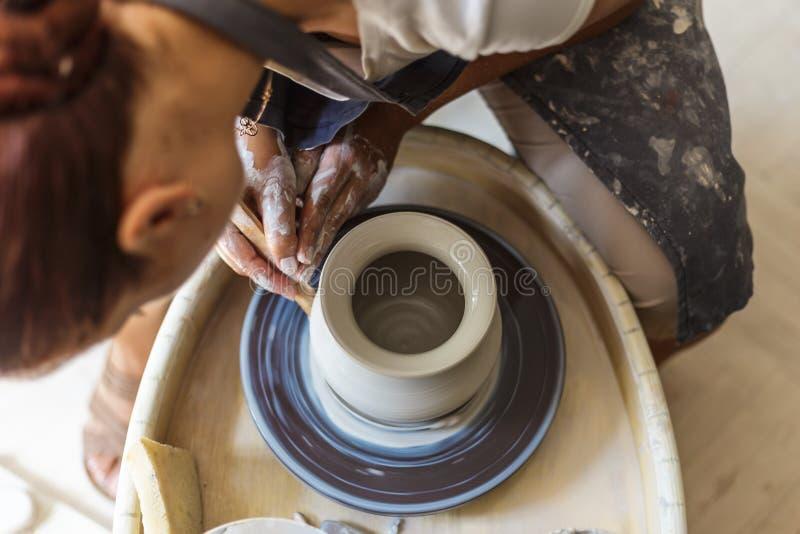 Pilla göra den keramiska krukan eller vasen på krukmakerihjulet royaltyfria foton