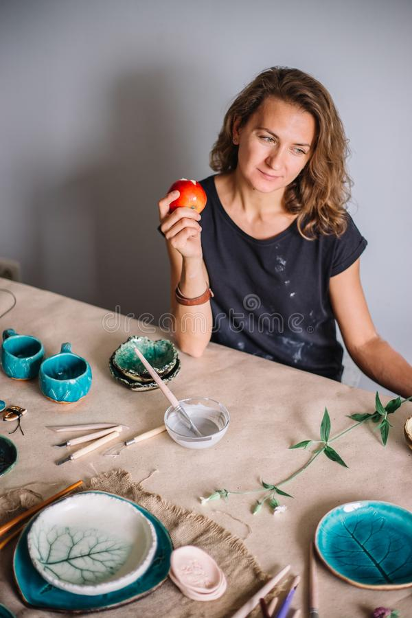 Pilla hjälpmedel, keramikkonstbegreppet - kvinnligt le för stilig ung brunett arkivfoton