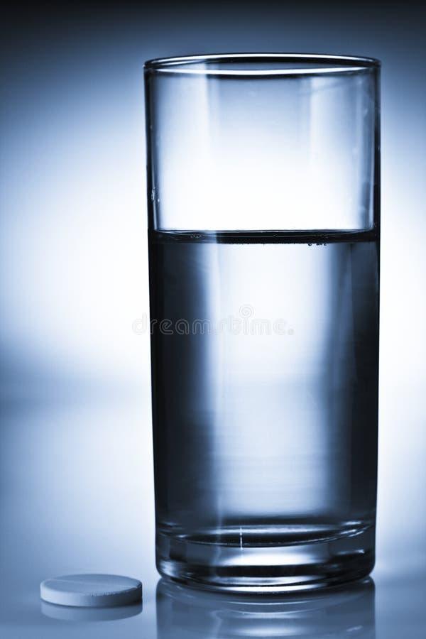 Pille und Wasser lizenzfreie stockbilder