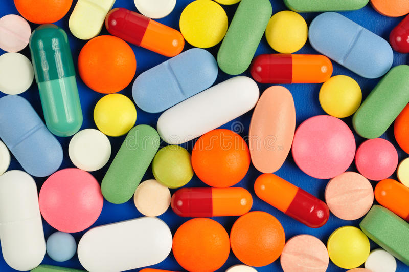 Pillen auf Blau lizenzfreies stockbild