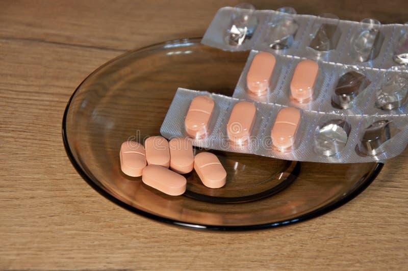 Pillen auf der Tabelle stockfoto