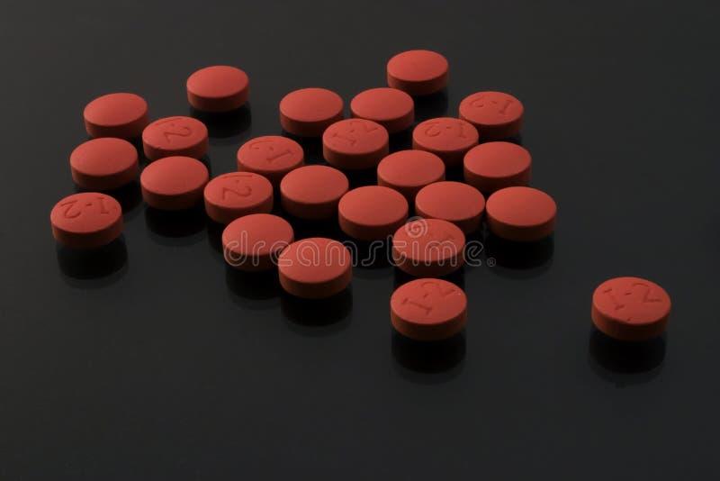 Pillen auf Schwarzem stockfotografie