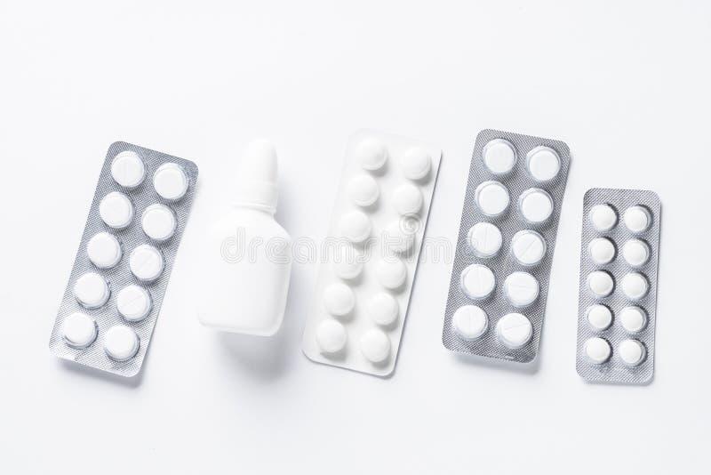Pillen in blaardrugs op wit royalty-vrije stock fotografie
