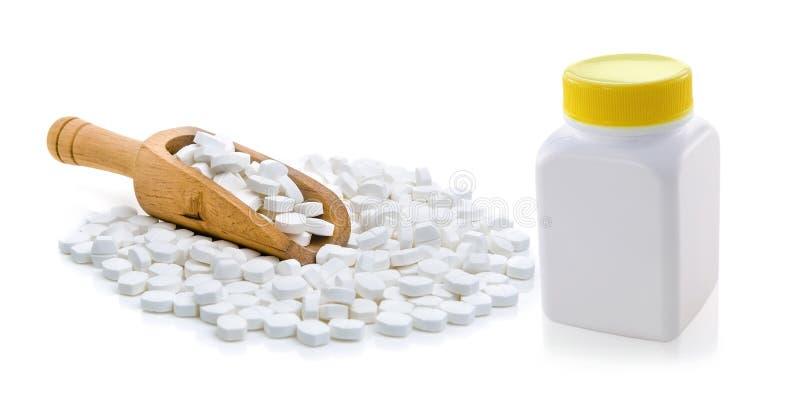 Pillen, die aus Pilleflasche heraus verschüttet werden stockbilder