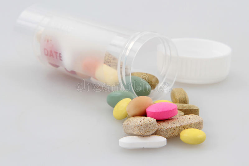 pillen die op wit worden geïsoleerdk stock afbeeldingen
