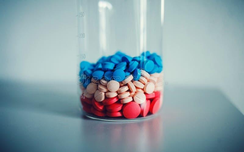 Pillen in een fles met metingen royalty-vrije stock foto