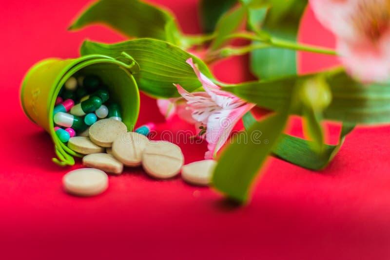 Pillen in einem kleinen Eimer stockfoto