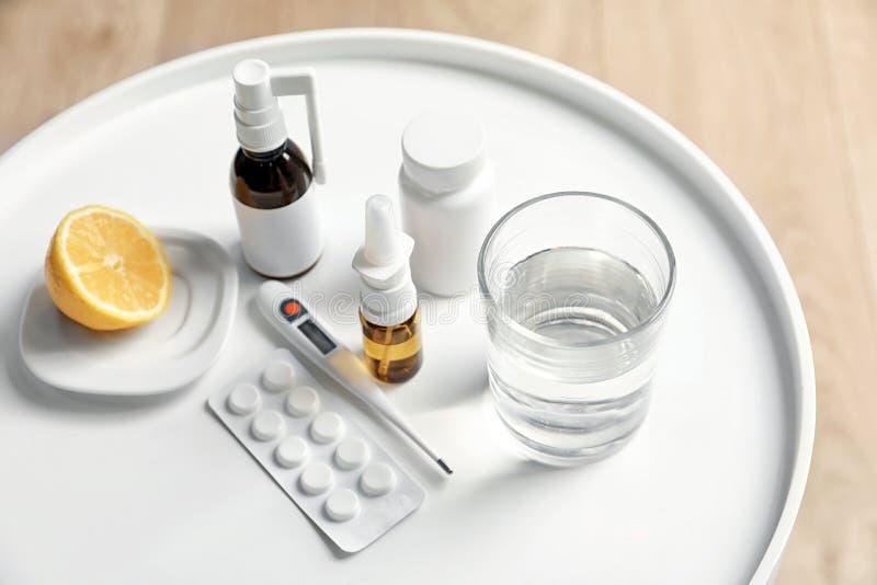 Pillen en drugs voor koude op lijst royalty-vrije stock afbeelding