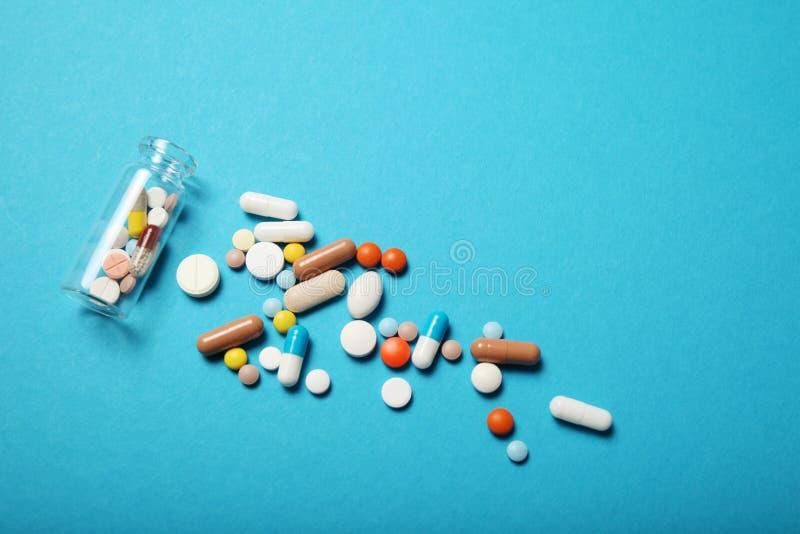 Pillen en drugsverslaving Medische kleurrijke capsules Exemplaarruimte voor tekst royalty-vrije stock foto's