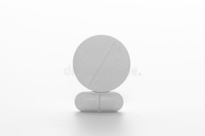 Pillen en geneeskrachtige tabletten in de voorgrond royalty-vrije stock foto