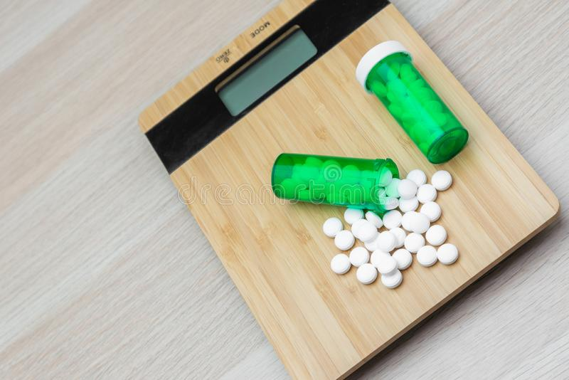 Pillen en groene flessen royalty-vrije stock foto's